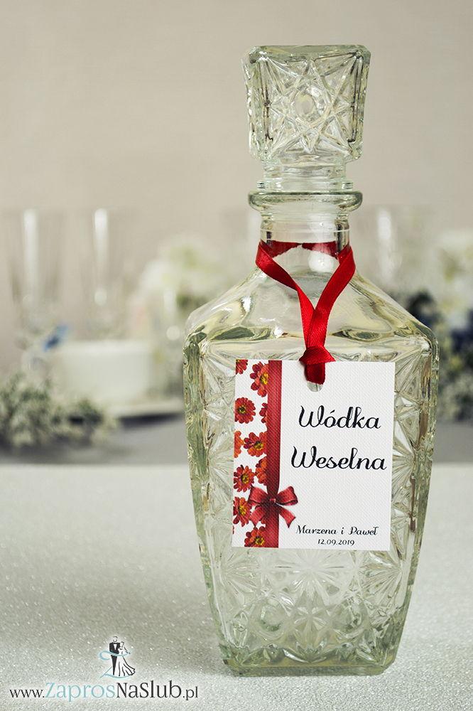 Kwiatowe zawieszki na alkohol wraz z czerwoną wstążką i pionowym motywem kwiatów gerbera - ZaprosNaSlub