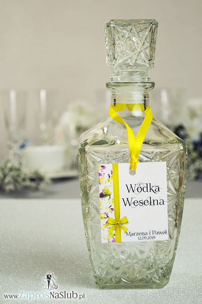 Kwiatowe zawieszki na alkohol wraz z żółtą wstążką i pionowym motywem kwiatów irysów - ZaprosNaSlub