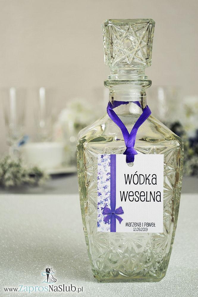 Kwiatowe zawieszki na alkohol wraz z ciemnofioletową wstążką i pionowym motywem polnych kwiatów - ZaprosNaSlub