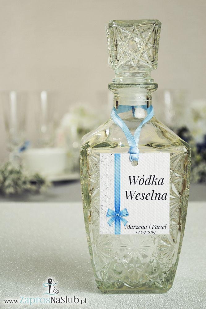Kwiatowe zawieszki na alkohol wraz z błękitną wstążką i pionowym motywem kwiatów kaliny - ZaprosNaSlub