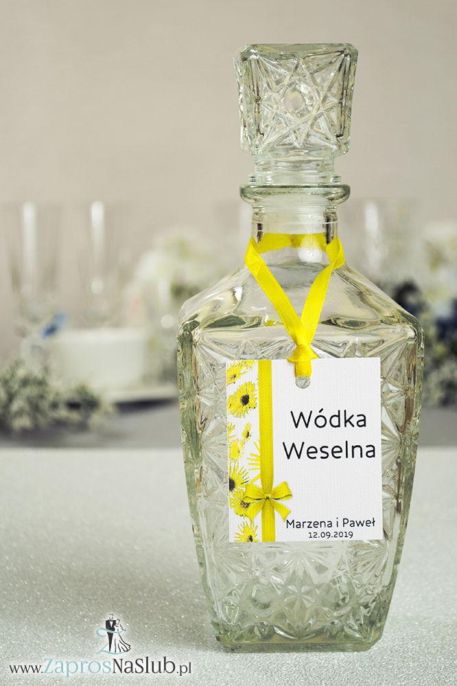 Kwiatowe zawieszki na alkohol wraz z żółtą wstążką i pionowym motywem kwiatów słonecznika - ZaprosNaSlub