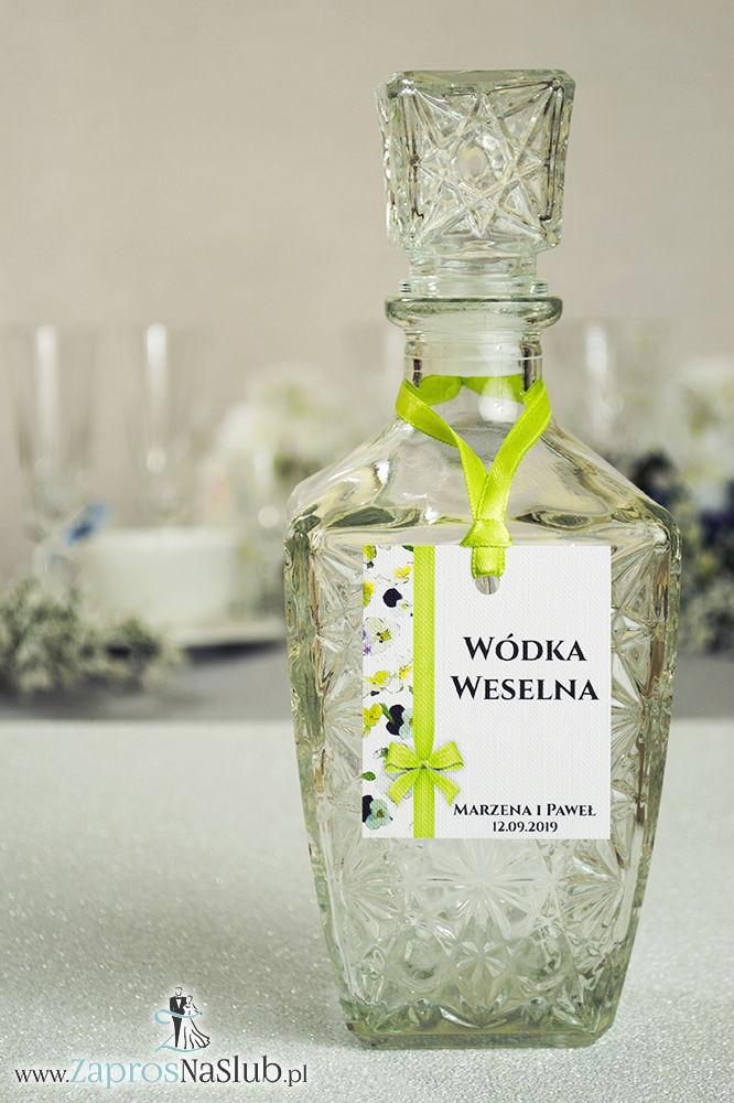 ZAW-220 Kwiatowe zawieszki na alkohol wraz z zieloną wstążką i pionowym motywem kwiatów bratków - zaproszenia ślubne na ślub
