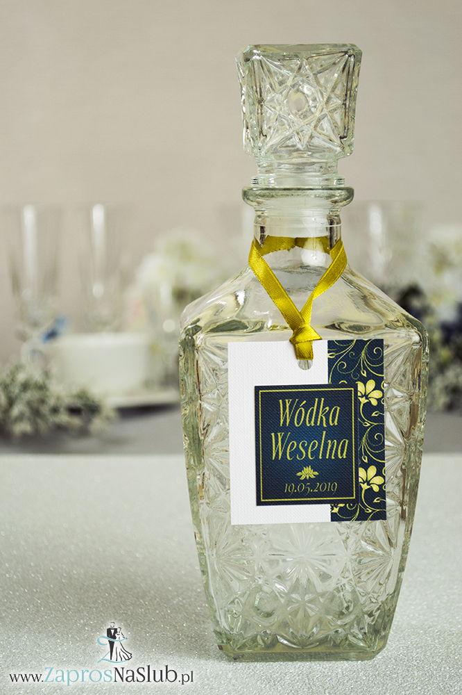 Zawieszki na alkohol z żółto-zielonym ornamentem po prawej, przyklejanym motywem tekstowym i złotą wstążką - ZaprosNaSlub
