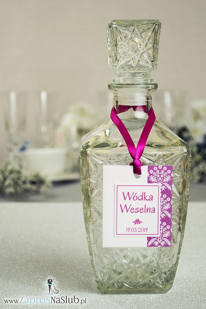 Zawieszki na alkohol z różowo-białym ornamentem po prawej, przyklejanym motywem tekstowym i różową wstążką - ZaprosNaSlub