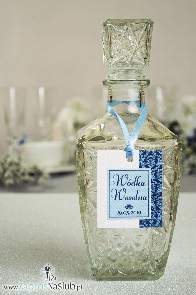 Zawieszki na alkohol z niebieskim barokowym ornamentem po prawej, przyklejanym motywem tekstowym i błękitną wstążką - ZaprosNaSlub