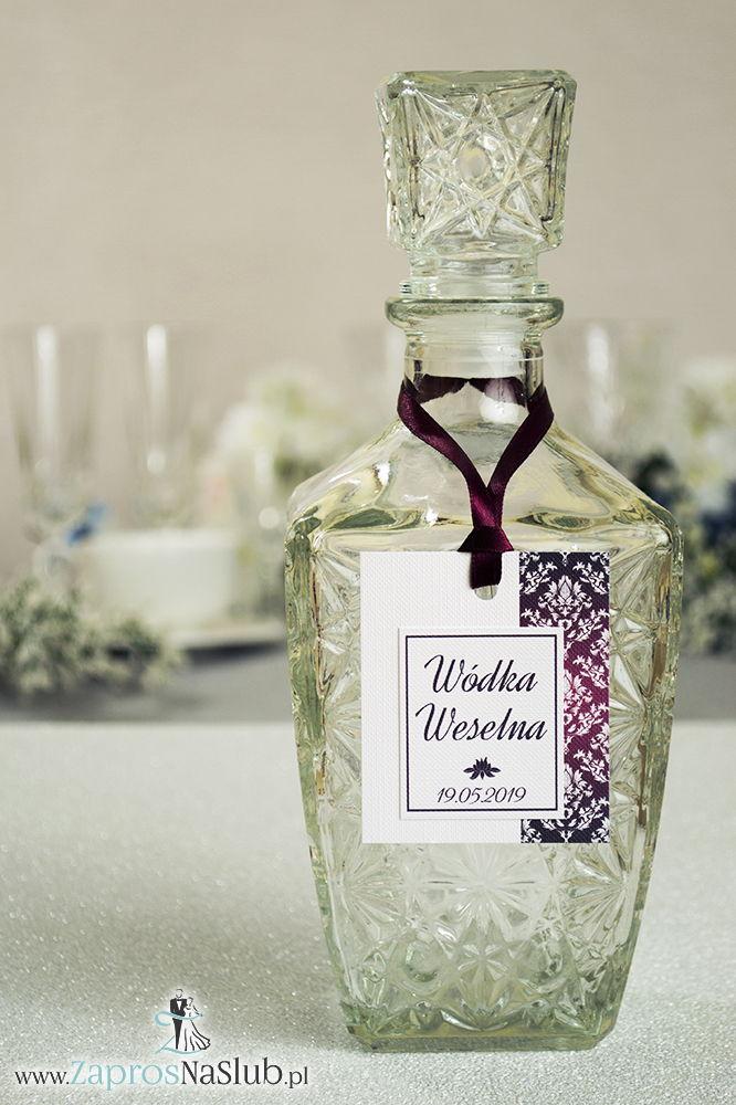 Zawieszki na alkohol z karminowym florystycznym damaskiem po prawej, przyklejanym motywem tekstowym i bordową wstążką - ZaprosNaSlub