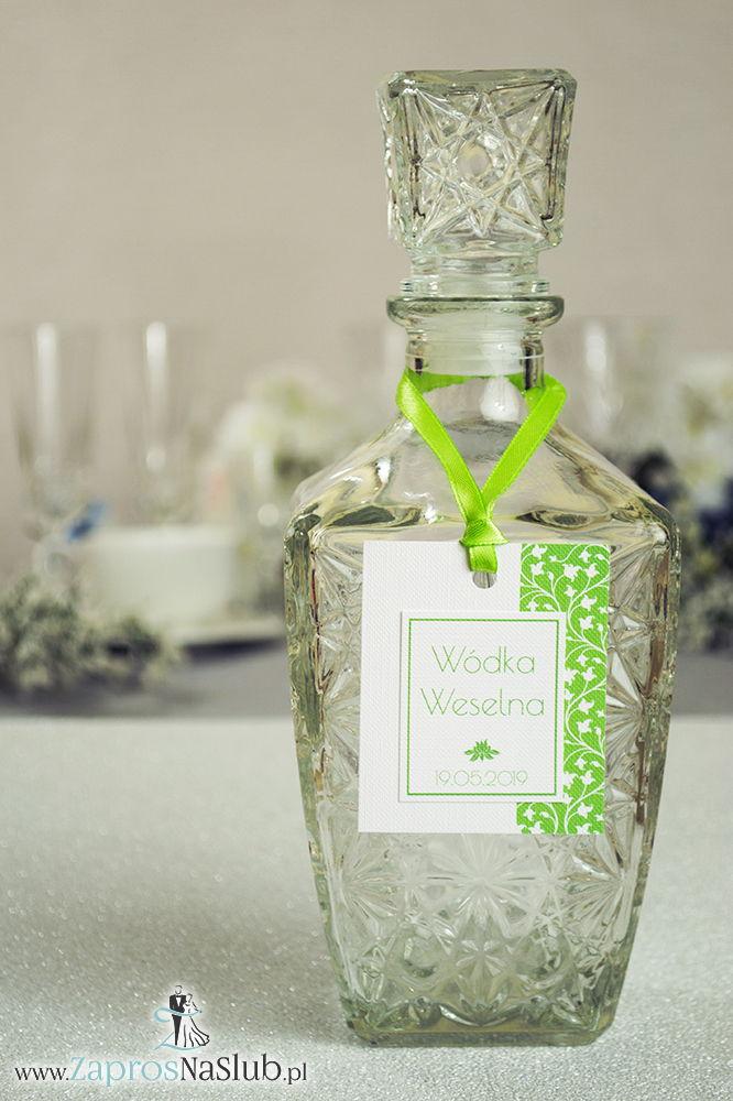 Zawieszki na alkohol z zielono-białym motywem roślinnym po prawej, przyklejanym motywem tekstowym i zieloną wstążką
