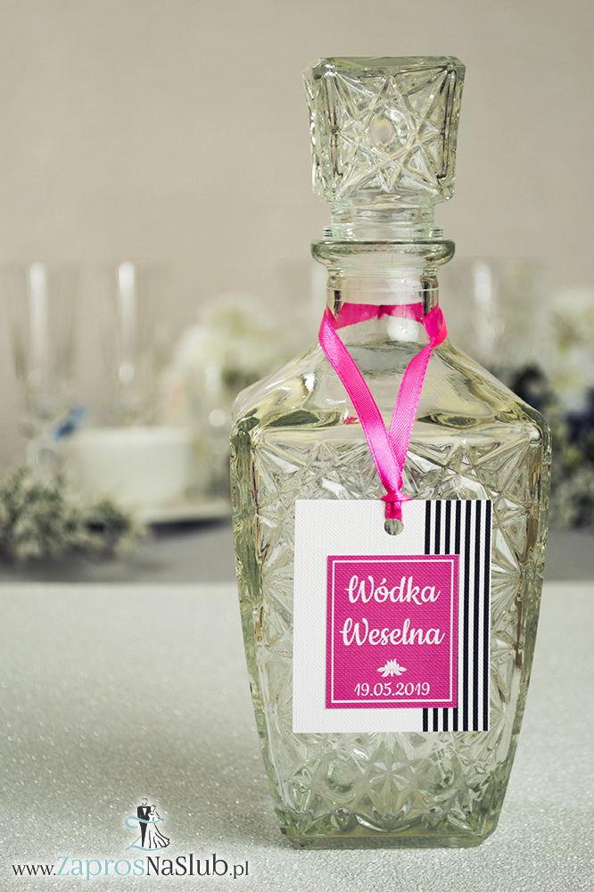 Zawieszki na alkohol z czarno-białymi paskami po prawej, przyklejanym motywem tekstowym i różową wstążką - ZaprosNaSlub