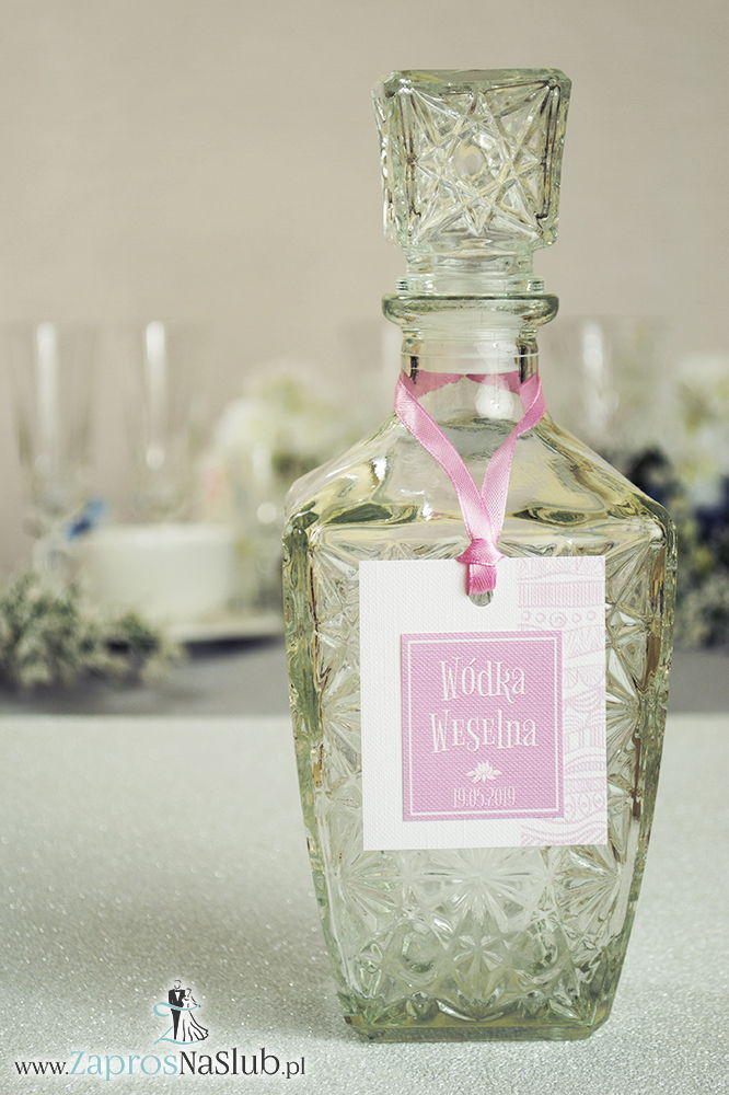 Zawieszki na alkohol z biało-różowymi dekoracyjnymi paskami po prawej, przyklejanym motywem tekstowym i różową wstążką - ZaprosNaSlub