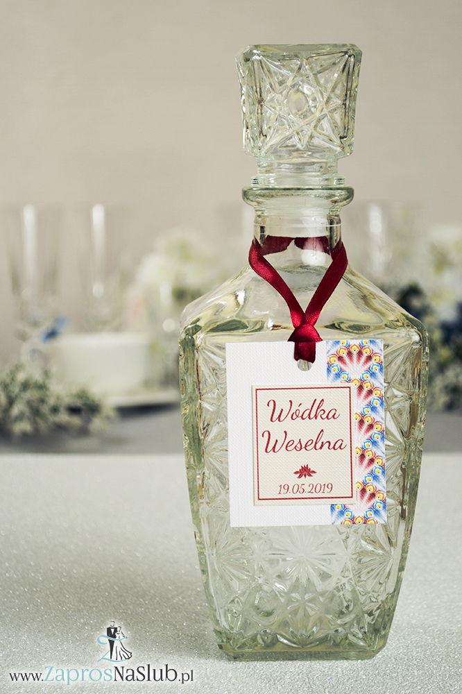 ZAW-2208 Zawieszki na alkohol z czerwonymi i niebieskimi piórami pawia po prawej, przyklejanym motywem tekstowym i bordową wstążką - Zaproszenia ślubne na ślub