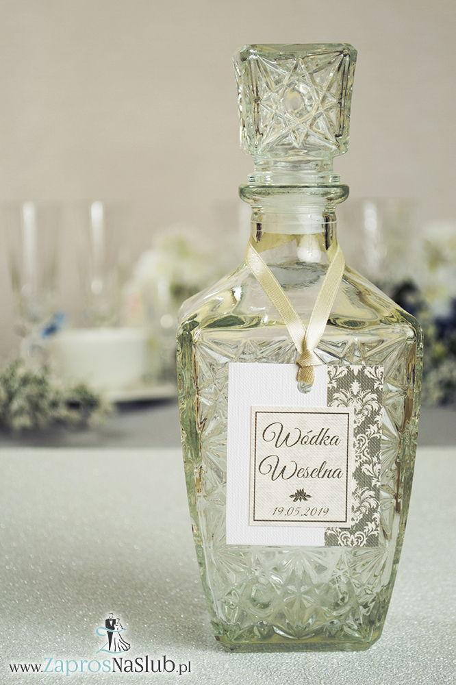 Zawieszki na alkohol z brązowo-kremowym ornamentem po prawej, przyklejanym motywem tekstowym i kremową wstążką - ZaprosNaSlub