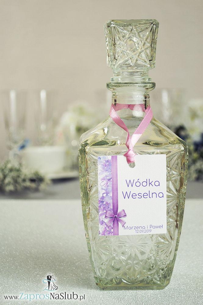 Kwiatowe zawieszki na alkohol wraz z różową wstążką i pionowym motywem kwiatów bzu - ZaprosNaSlub