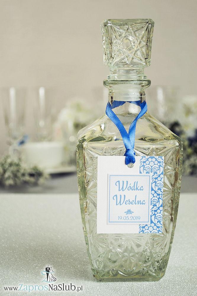 Zawieszki na alkohol z błękitno-białym florystycznym ornamentem po prawej, przyklejanym motywem tekstowym i błękitną wstążką - ZaprosNaSlub