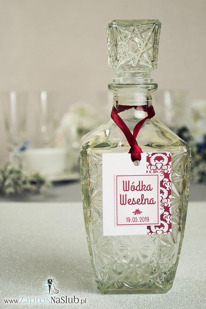 Zawieszki na alkohol z czerwono-białym ornamentem po prawej, przyklejanym motywem tekstowym i czerwoną wstążką - ZaprosNaSlub
