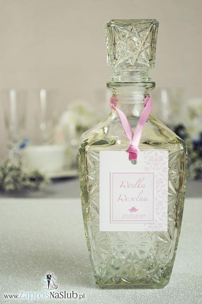 Zawieszki na alkohol z różowym barokowym damaskiem po prawej, przyklejanym motywem tekstowym i różową wstążką - ZaprosNaSlub
