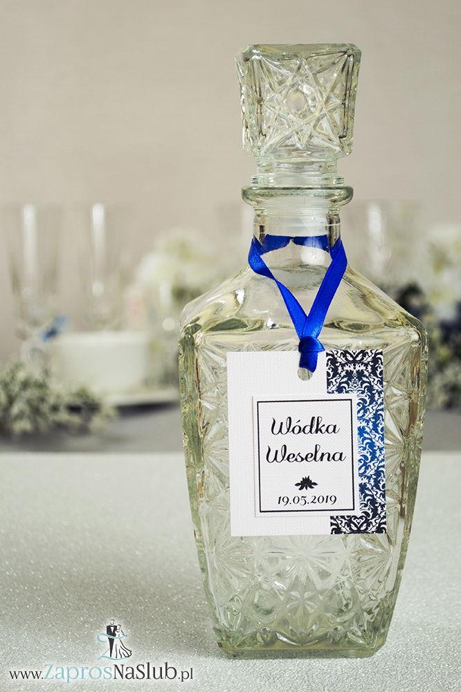 Zawieszki na alkohol z czarno-białym eleganckim damaskiem po prawej, przyklejanym motywem tekstowym i niebieską wstążką - ZaprosNaSlub