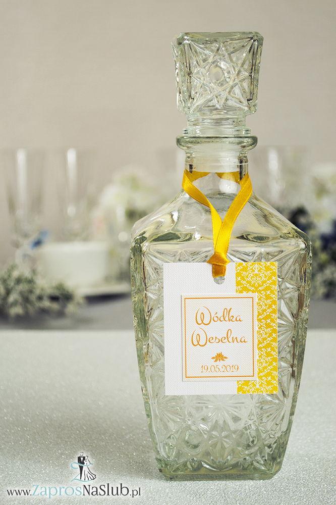 Zawieszki na alkohol z żółto-białym ornamentem po prawej, przyklejanym motywem tekstowym i żółtą wstążką - ZaprosNaSlub
