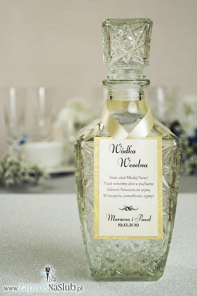 Bardzo eleganckie zawieszki na alkohol z złotym ozdobnym papierem, przyklejanym motywem tekstowym, cyrkonią i kremową wstążką - ZaprosNaSlub