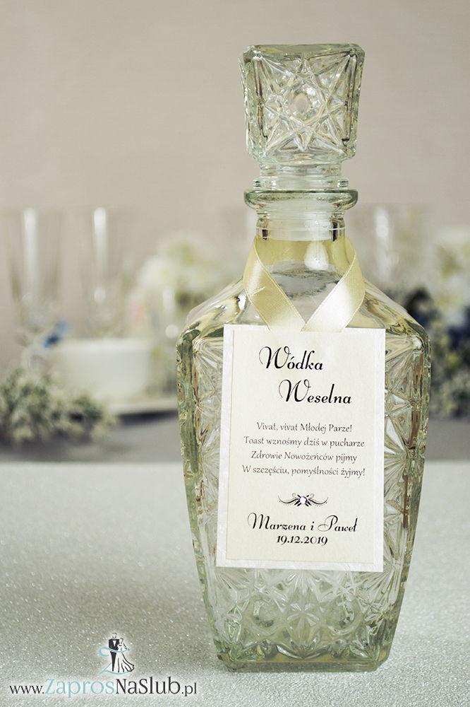 Bardzo eleganckie zawieszki na alkohol z perłowym papierem z tłoczeniami przypominającymi mróz, przyklejanym motywem tekstowym, cyrkonią i kremową wstążką - ZaprosNaSlub