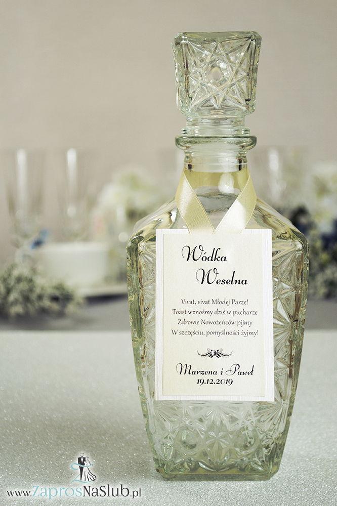 ZAW-2538 Bardzo eleganckie zawieszki na alkohol z jasnym papierem z poziomymi, nieregularnymi liniami, przyklejanym motywem tekstowym, cyrkonią i białą wstążką - Zaproszenia ślubne na ślub