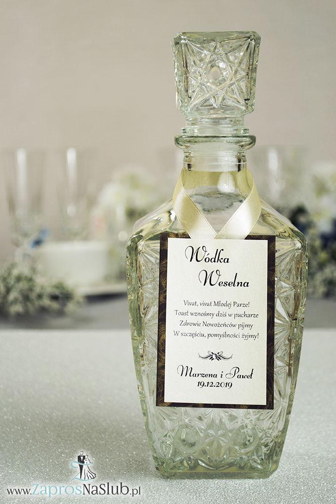 ZAW-2550 Bardzo eleganckie zawieszki na alkohol na brązowym papierze z motywem czekoladowych róż, przyklejanym motywem tekstowym, cyrkonią i kremową wstążką - Zaproszenia ślubne na ślub
