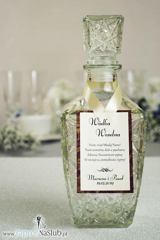 Bardzo eleganckie zawieszki na alkohol na bordowym papierze z motywem złotych róż, przyklejanym motywem tekstowym, cyrkonią i kremową wstążką - ZaprosNaSlub