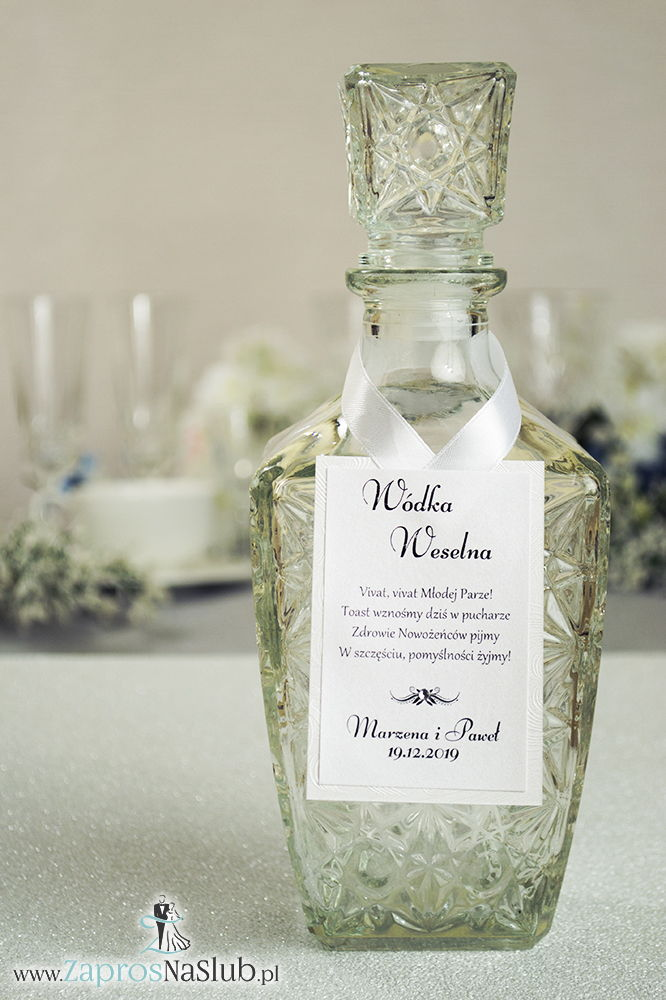 Bardzo eleganckie zawieszki na alkohol z jasnym papierem z wytłaczanymi sercami, przyklejanym motywem tekstowym, cyrkonią i białą wstążką