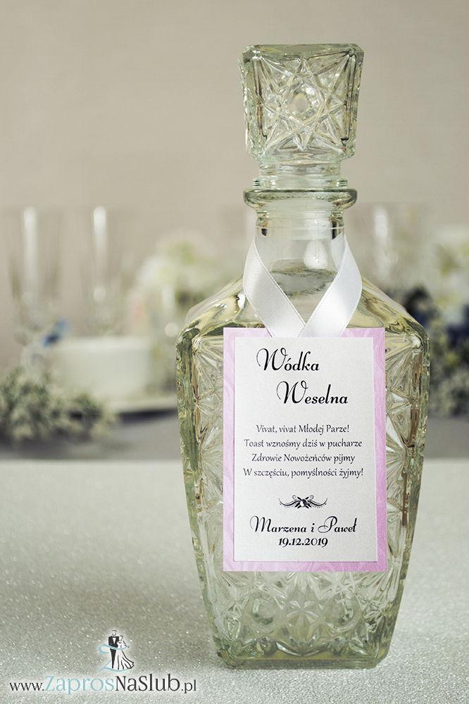 Bardzo eleganckie zawieszki na alkohol z różowym papierem z motywem słojów drzew, przyklejanym motywem tekstowym i białą wstążką - ZaprosNaSlub