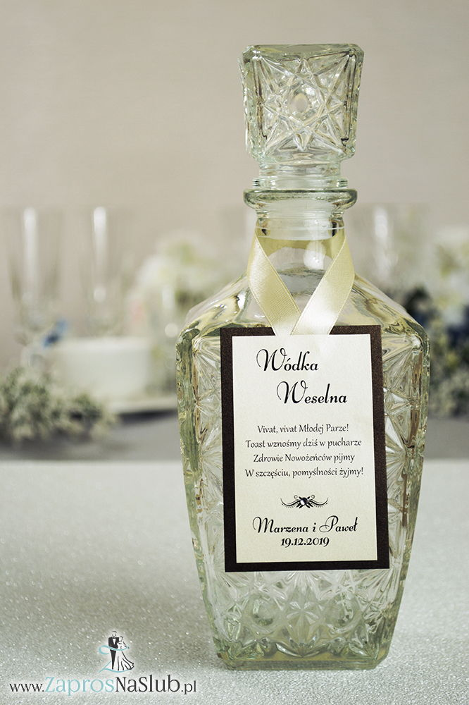 Bardzo eleganckie zawieszki na alkohol z brązowym papierem perłowym, przyklejanym motywem tekstowym, cyrkonią i kremową wstążką - ZaprosNaSlub