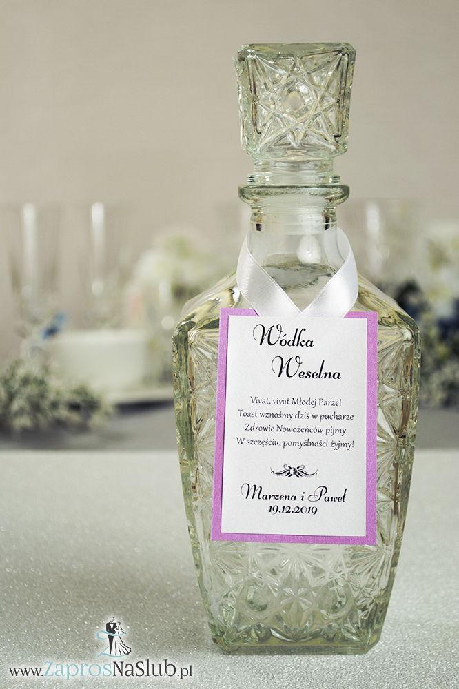 Bardzo eleganckie zawieszki na alkohol z różowym papierem perłowym, przyklejanym motywem tekstowym, cyrkonią i białą wstążką - ZaprosNaSlub