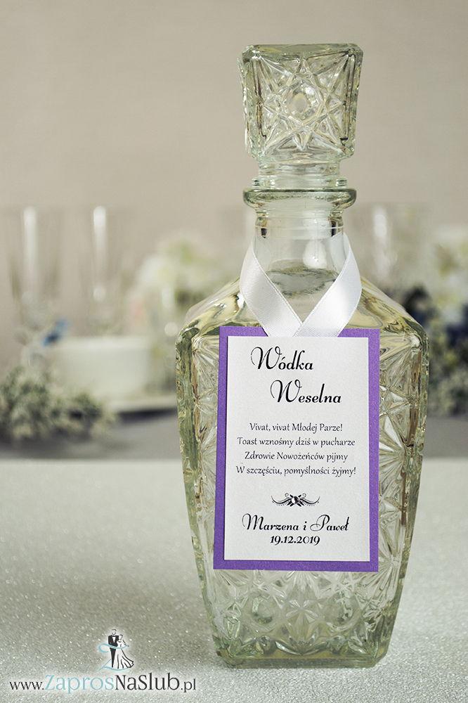 Bardzo eleganckie zawieszki na alkohol z fioletowym papierem perłowym, przyklejanym motywem tekstowym, cyrkonią i białą wstążką