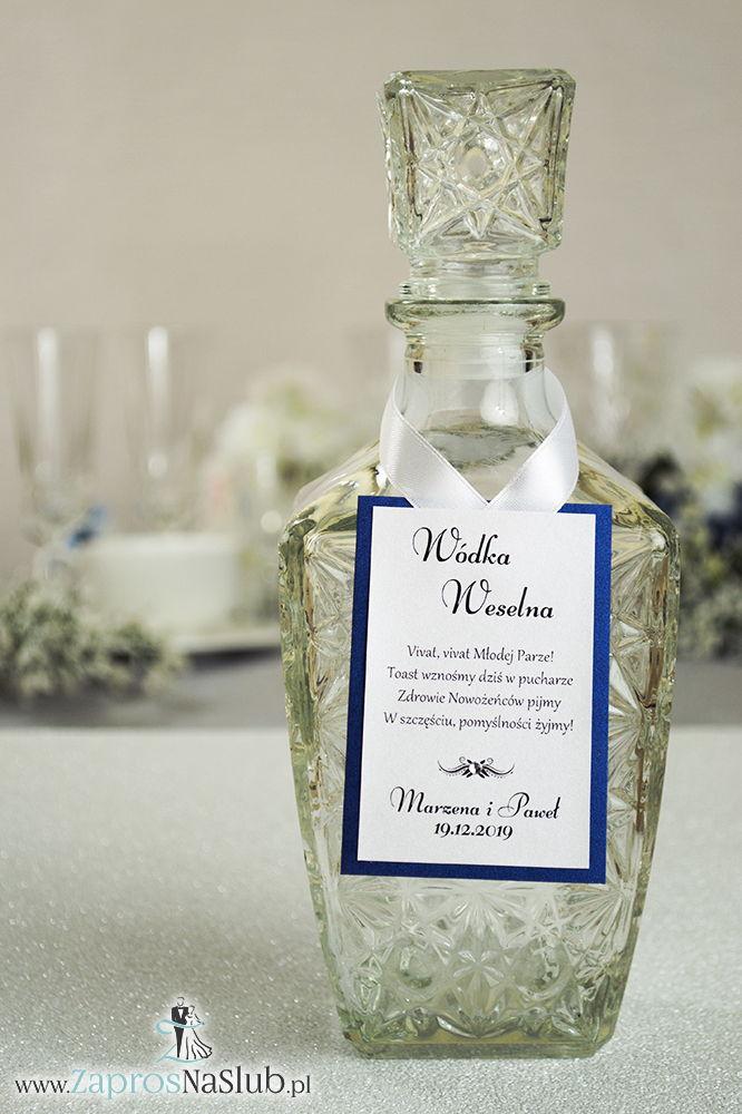 Bardzo eleganckie zawieszki na alkohol z niebieskim papierem perłowym, przyklejanym motywem tekstowym, cyrkonią i białą wstążką - ZaprosNaSlub
