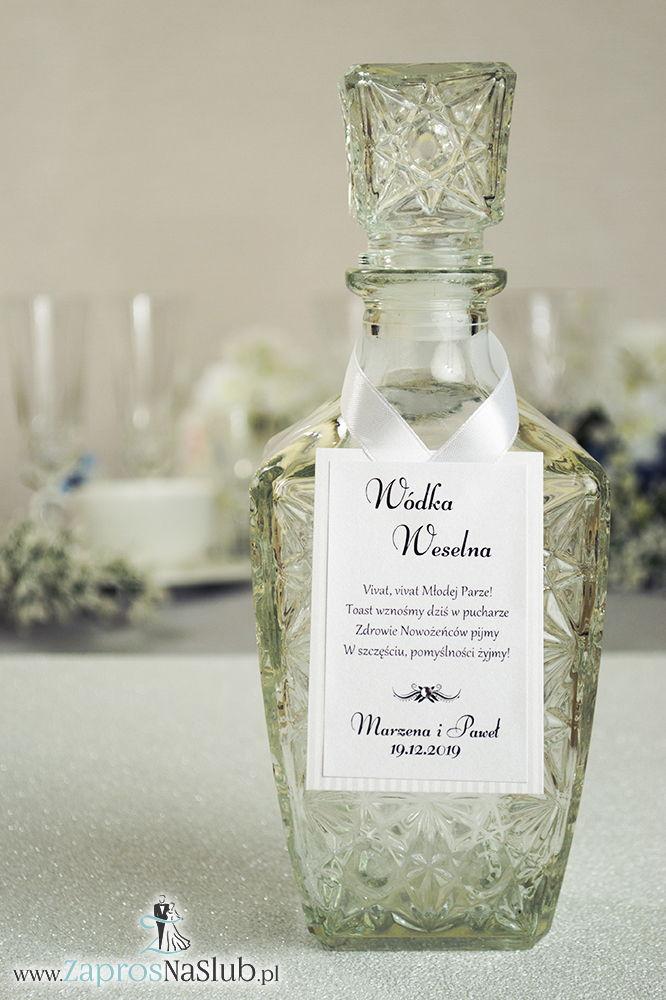 Bardzo eleganckie zawieszki na alkohol z srebrnym papierem w paski, przyklejanym motywem tekstowym, cyrkonią i białą wstążką - ZaprosNaSlub