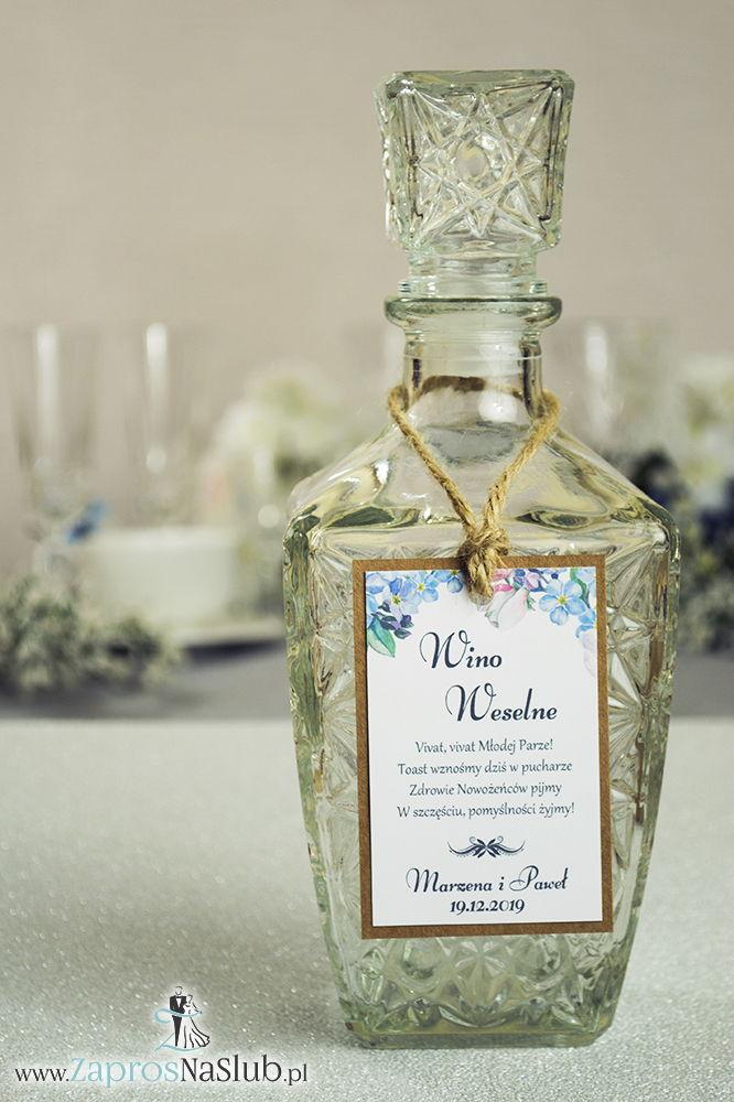 Eleganckie zawieszki na alkohol eko z motywem kwiatów jabłoni, przyklejanym motywem tekstowym i sznurkiem jutowym - ZaprosNaSlub