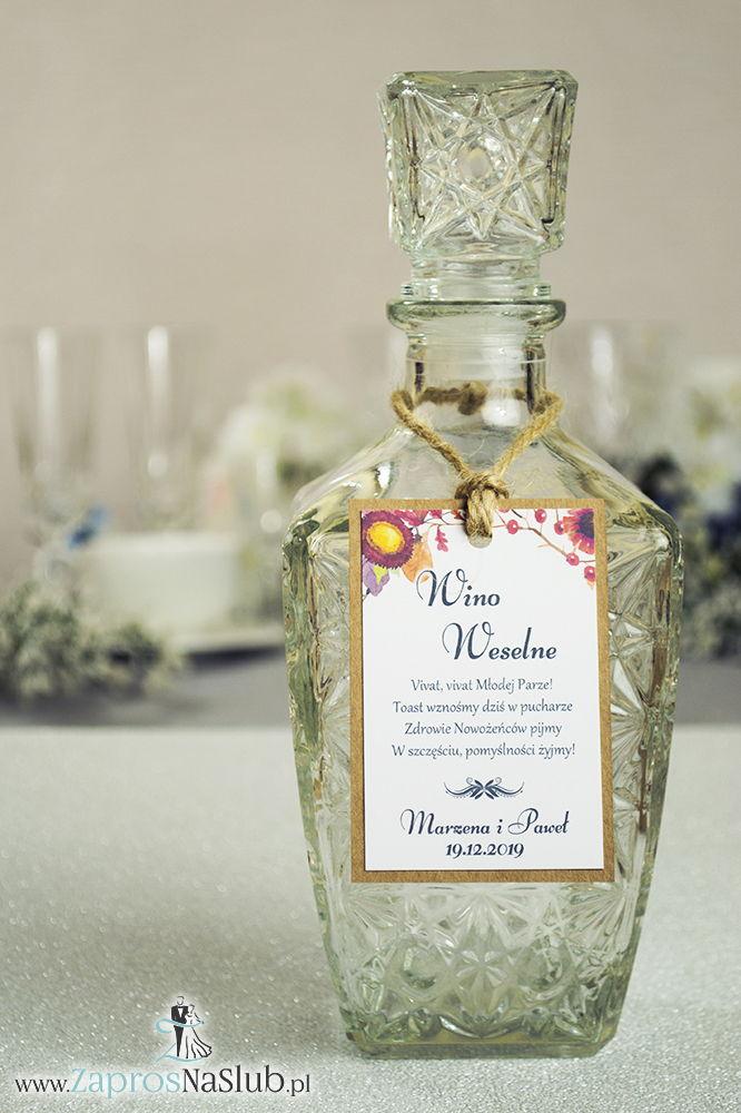 Eleganckie zawieszki na alkohol eko z motywem jesiennych kwiatów, liści dębu oraz jarzębiny, przyklejanym motywem tekstowym i sznurkiem jutowym