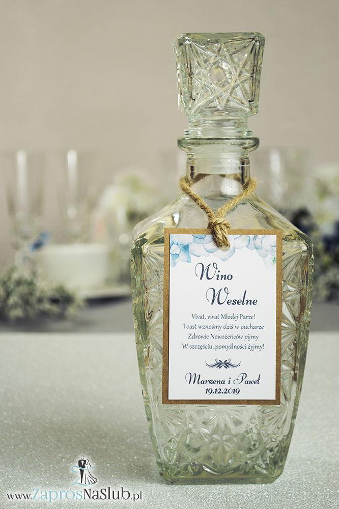 Eleganckie zawieszki na alkohol eko z motywem białych kwiatów i ciemnozielonych liści, przyklejanym motywem tekstowym i sznurkiem jutowym