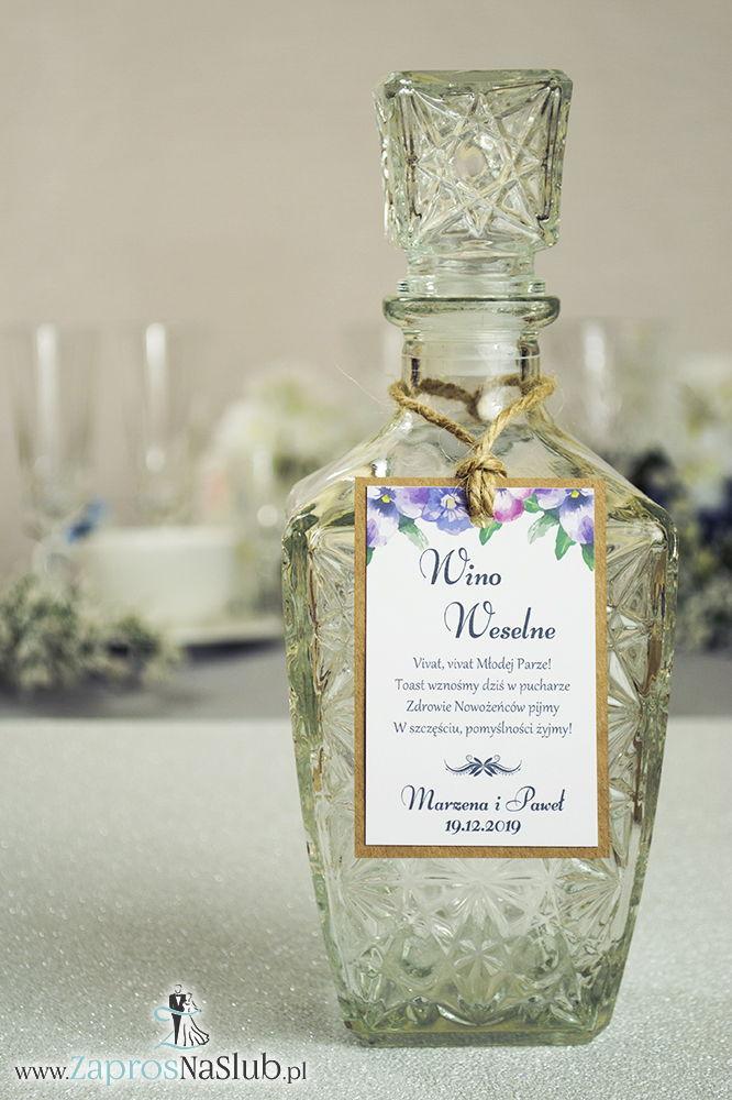 Eleganckie zawieszki na alkohol eko z kwiatami bratków, przyklejanym motywem tekstowym i sznurkiem jutowym - ZaprosNaSlub