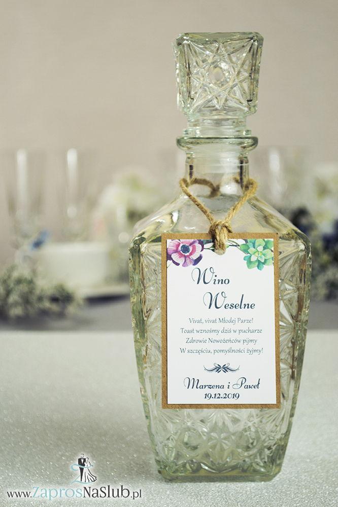 Eleganckie zawieszki na alkohol eko z motywem zielonych sukulentów oraz różowych kwiatów, przyklejanym motywem tekstowym i sznurkiem jutowym - ZaprosNaSlub
