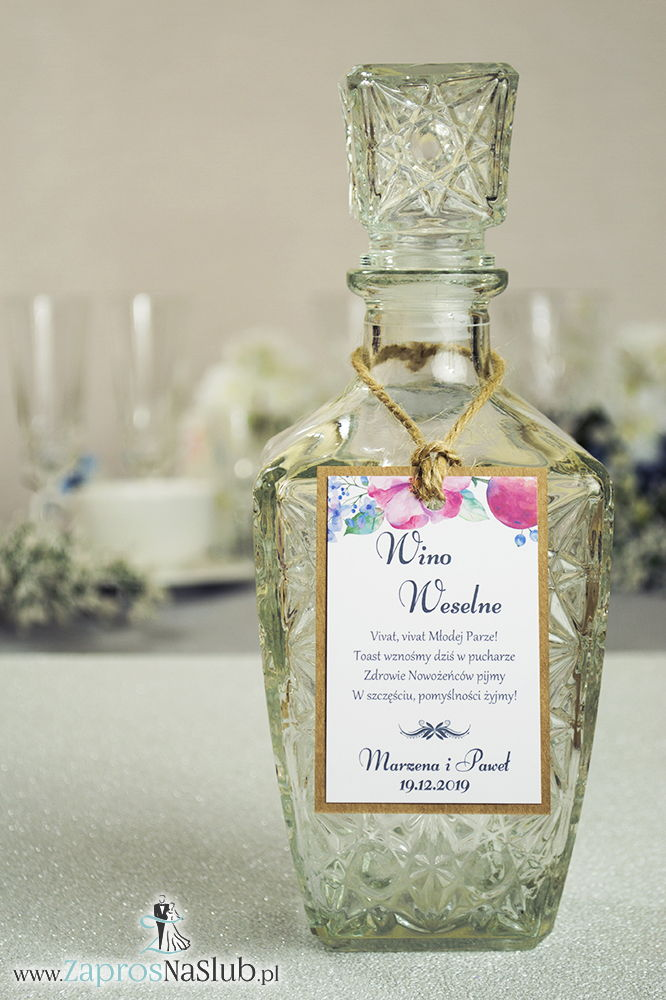 Eleganckie zawieszki na alkohol eko z motywem różowych i fioletowych kwiatów, przyklejanym motywem tekstowym i sznurkiem jutowym