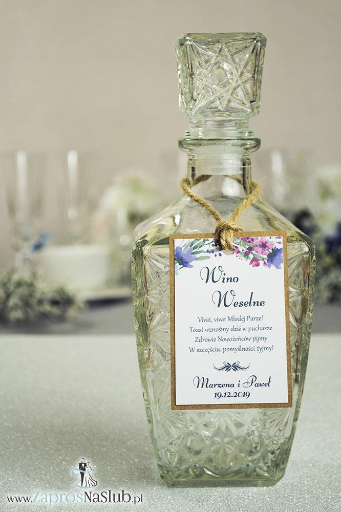 Eleganckie zawieszki na alkohol eko z polnymi kwiatami, przyklejanym motywem tekstowym i sznurkiem jutowym - ZaprosNaSlub