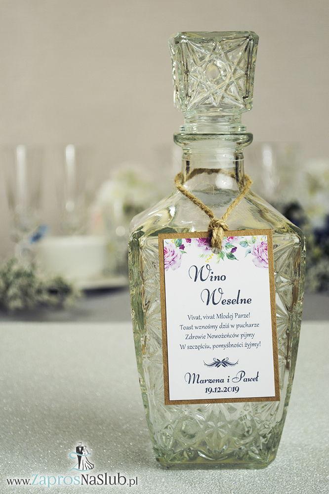 ZAW-2718 Eleganckie zawieszki na alkohol eko z motywem jasnoróżowych róż, przyklejanym motywem tekstowym i sznurkiem jutowym - Zaproszenia ślubne na ślub