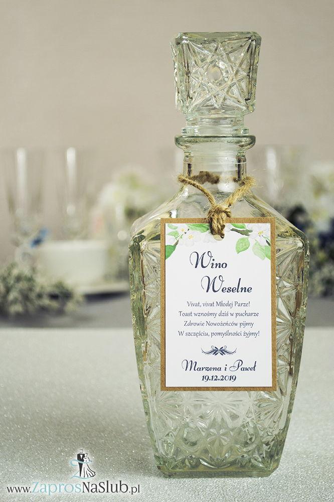 ZAW-2719 Eleganckie zawieszki na alkohol eko z białymi kwiatami wiśni, przyklejanym motywem tekstowym i sznurkiem jutowym - Zaproszenia ślubne na ślub