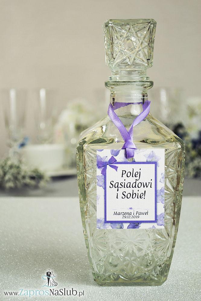 Kwiatowe zawieszki na alkohol wraz z fioletową wstążką i prostokątnym motywem kwiatów dzwonków - ZaprosNaSlub
