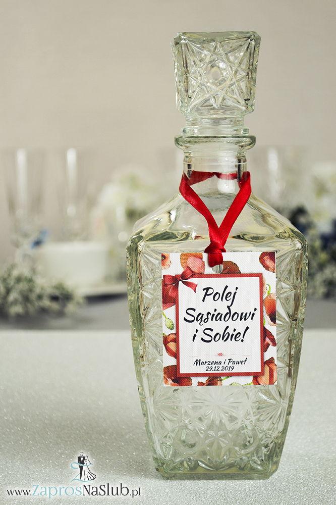 Kwiatowe zawieszki na alkohol wraz z czerwoną wstążką i prostokątnym motywem z kwiatami maków - ZaprosNaSlub