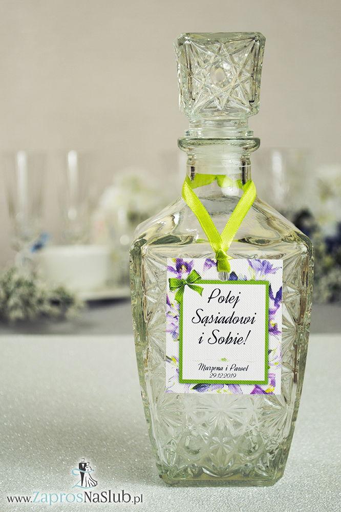 ZaprosNaSlub - Zaproszenia ślubne, personalizowane, boho, rustykalne, kwiatowe księga gości, zawieszki na alkohol, winietki, koperty, plany stołów - Kwiatowe zawieszki na alkohol wraz z pistacjową wstążką i prostokątnym motywem fioletowo-zielonych kwiatów