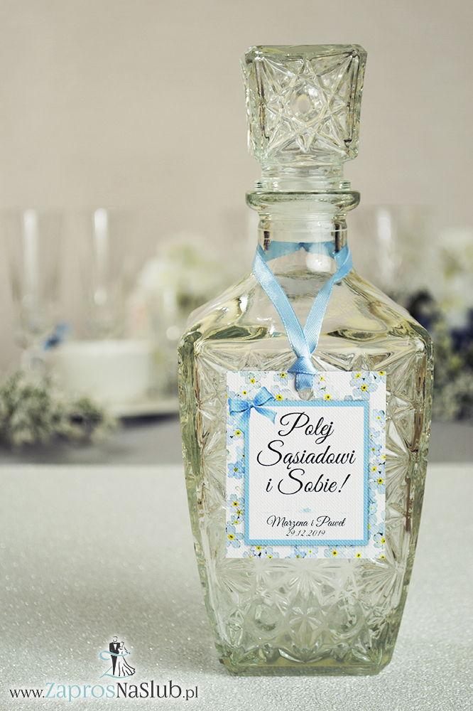 Kwiatowe zawieszki na alkohol wraz z błękitną wstążką i prostokątnym motywem kwiatów niezapominajki - ZaprosNaSlub