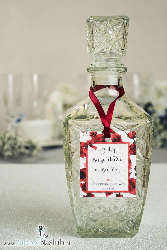 Kwiatowe zawieszki na alkohol wraz z czerwoną wstążką i prostokątnym motywem kwiatów róży - ZaprosNaSlub