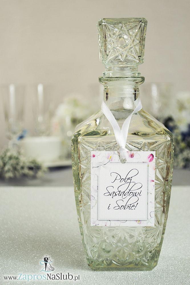 Kwiatowe zawieszki na alkohol wraz z białą wstążką i prostokątnym motywem różowo-białych kwiatów - ZaprosNaSlub