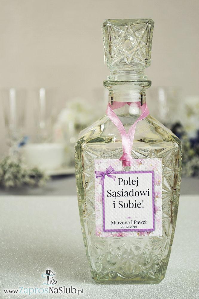 Kwiatowe zawieszki na alkohol wraz z różową wstążką i prostokątnym motywem różowych kwiatów