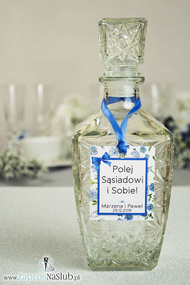 ZaprosNaSlub - Zaproszenia ślubne, personalizowane, boho, rustykalne, kwiatowe księga gości, zawieszki na alkohol, winietki, koperty, plany stołów - Kwiatowe zawieszki na alkohol wraz z niebieską wstążką i prostokątnym motywem zielono-niebieskich kwiatów